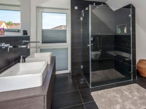 Haus Steinmann von Baumeisterhaus. Familienbad mit bodentiefer Dusche.