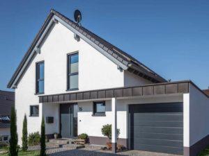 Haus Steinmann von Baumeisterhaus. Eingangsbereich mit Garage.