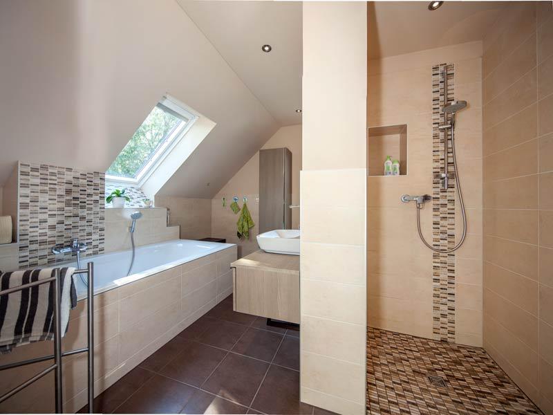Haus Urban von Baumeisterhaus. Blick in die bodentiefe Dusche im Bad.