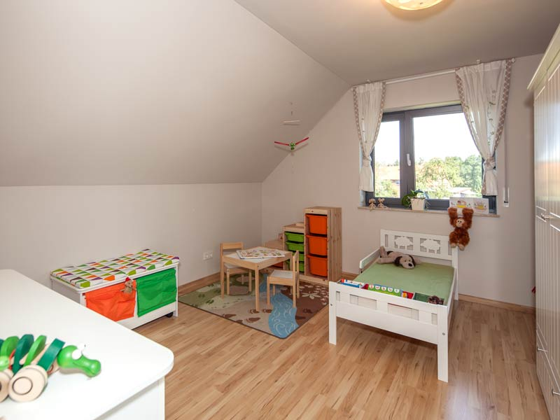 Haus Urban von Baumeisterhaus. Kinderzimmer im Obergeschoss.