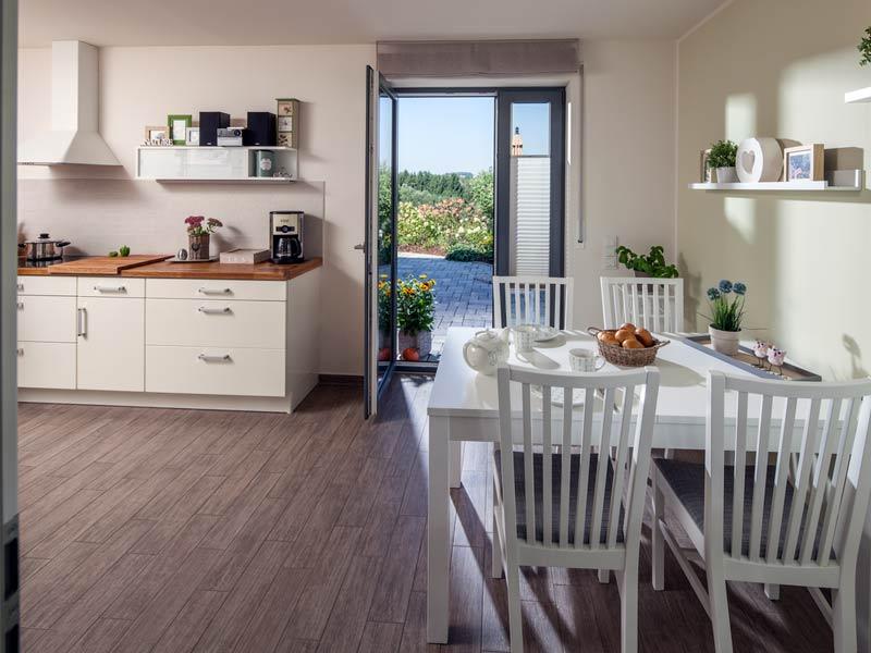 Haus Urban von Baumeisterhaus. Blick in die Küche mit Sitzecke.