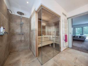 Haus Valentin von Baumeisterhaus. Wellness-Bad mit Sauna und Blick ins Schlafzimmer