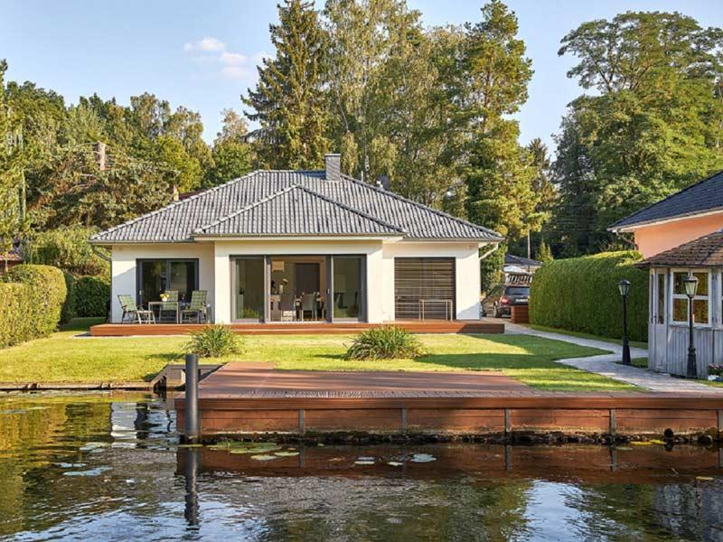 Haus Valentin von Baumeisterhaus. Außenansicht am Wasser