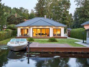 Haus Valentin von Baumeisterhaus. Außenansicht am Wasser mit Boot