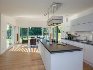 Haus Valentin von Baumeisterhaus. Offene Küche mit Kochinsel