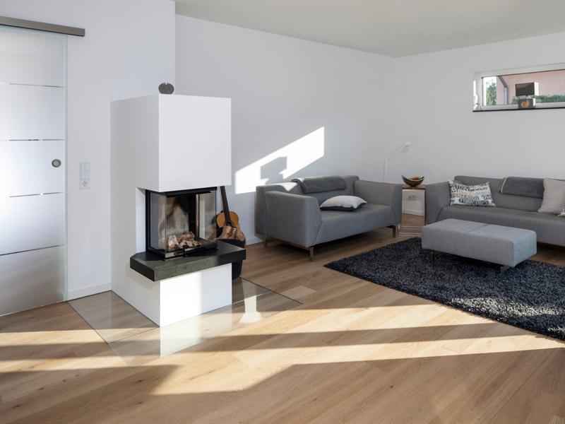 Haus Valentin von Baumeisterhaus. Wohnbereich mit Kamin