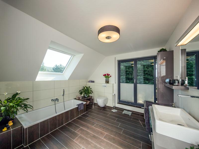 Haus Vettel von Baumeisterhaus. Badezimmer im Obergeschoss