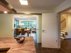 Haus Vettel von Baumeisterhaus. Offene Küche und Essbereich