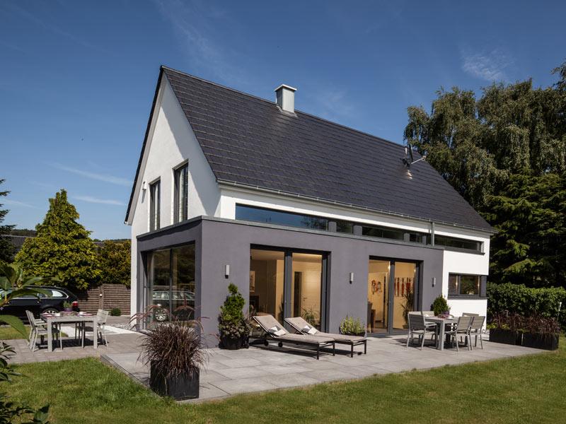 Haus Vettel von Baumeisterhaus. Außenansicht mit Terrasse