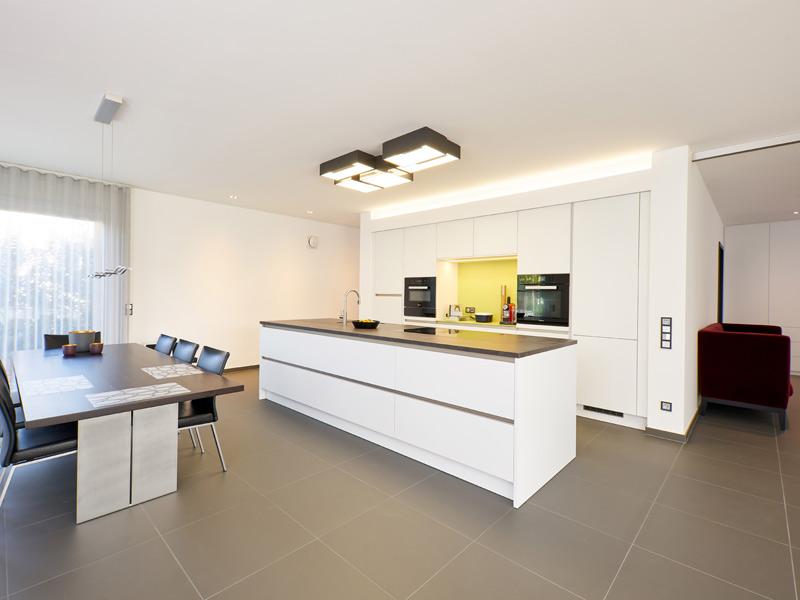 Haus Zech von Baumeisterhaus. Offene Küche mit freistehendem Küchentresen