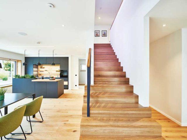 Musterhaus Relax von Fertighaus Weiss Kueche Essen Treppe