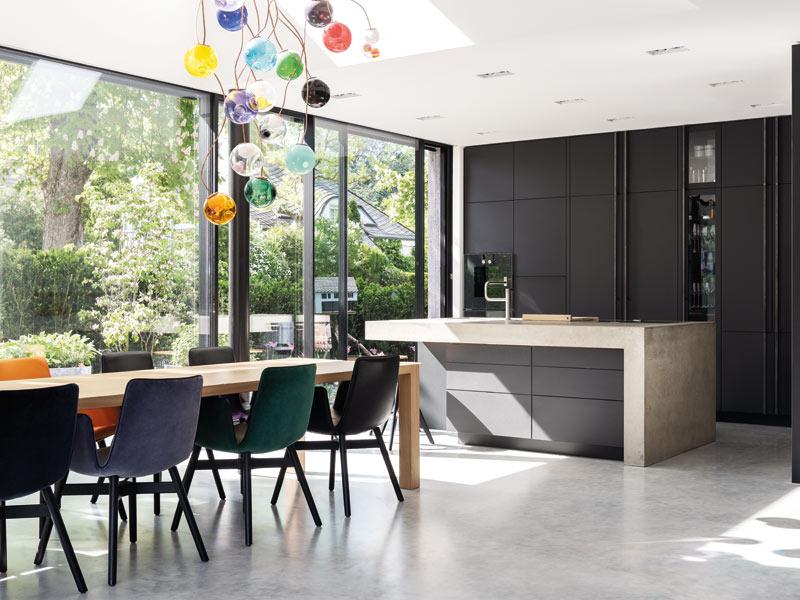 Traumküche in schwarz mit Küchenblock aus Beton