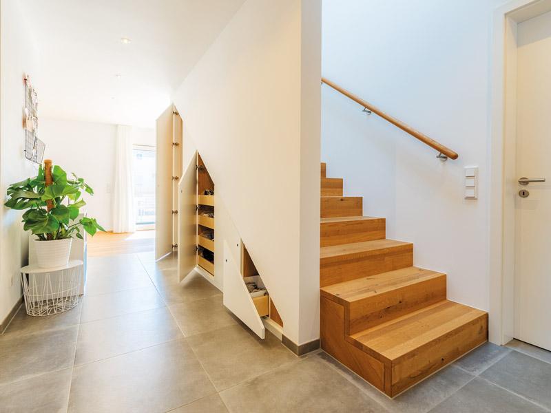 Schubladen unter Treppe