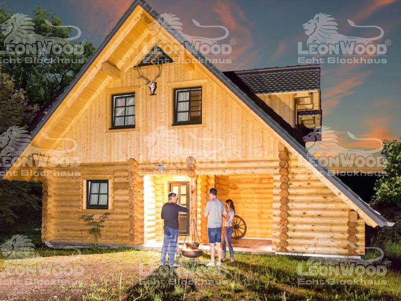 Blockhaus Waldschlösschen von Leonwood. Außenansicht bei Nacht