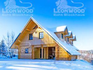 Blockhaus Waldschlösschen von Leonwood. Außenansicht im Schnee