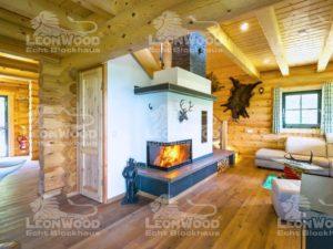 Blockhaus Waldschlösschen von Leonwood. Gemütliche Kaminecke im Wohnzimmer