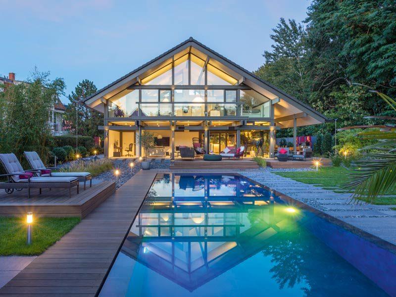 Haus Art 5 von Huf Haus. Ansicht Terrasse und Pool