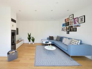 Wohnzimmer im Musterhaus Life von Fertighaus Weiss