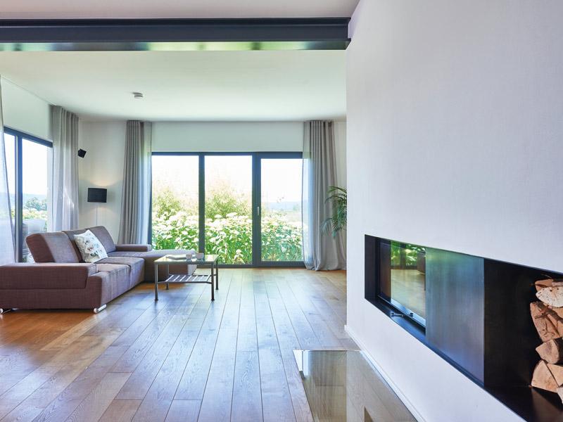Haus Mahl von Fertighaus Weiss. Wohnzimmer mit Kamin.