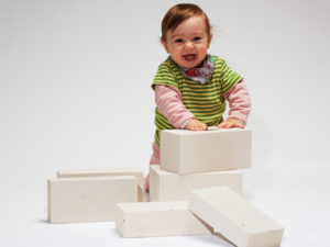 Kind mit Kalksandsteinen