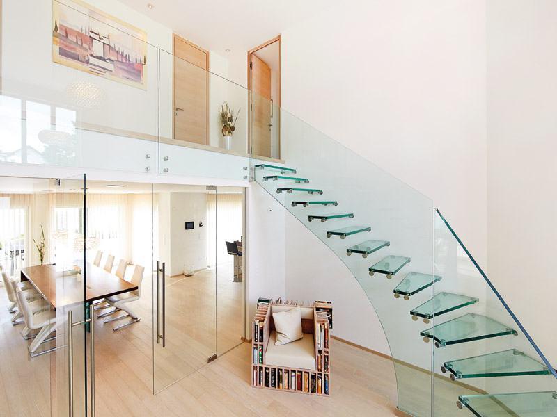 Treppe und Geländer aus Glas