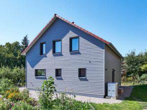 Haus Garten von Fertighaus weiß außen