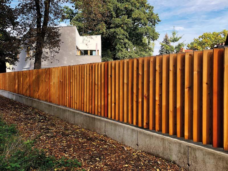 Moderner Holzzaun als Sichtschutz im Garten