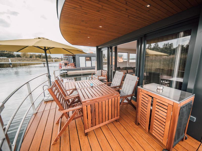 Terrasse auf einem Hausboot von Floating House
