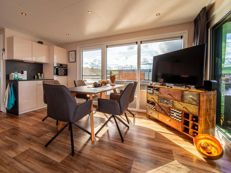 Wohnzimmer in einem Hausboot von Floating House