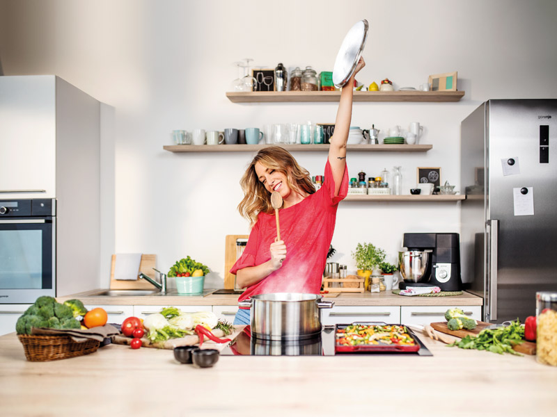 Frau in Profiküche für zuhause