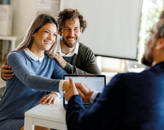 Wie finanziere ich ein Haus? Paar bei Beratung