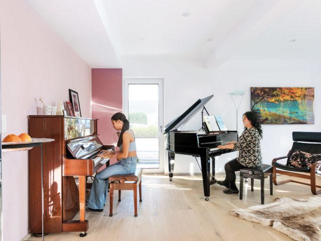 Schwoerer_KH_Gerber_Wohnz_spielt_Klavier