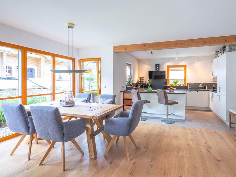 Architektenhaus Grubsee von Isartaler Holzhaus, Küche, Essbereich