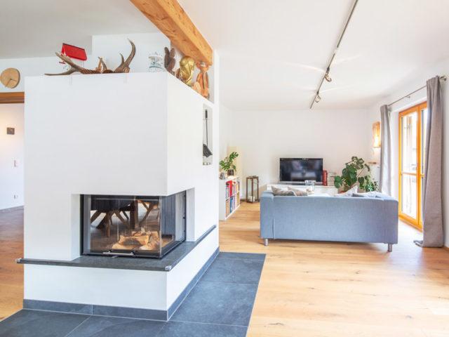 Architektenhaus Grubsee von Isartaler Holzhaus, Wohnzimmer, Kamin