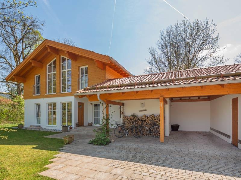 Architektenhaus Ahornsee von Isartaler Holzhaus, Eingang, Carport, Garten