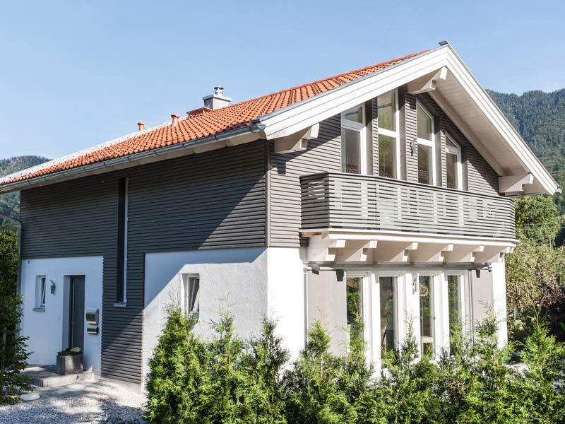Architektenhaus Kochelsee von Isartaler Holzhaus, Eingang, Balkon