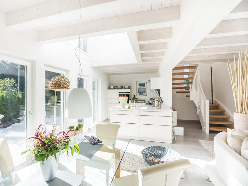Architektenhaus Kochelsee von Isartaler Holzhaus, Küche, Essbereich